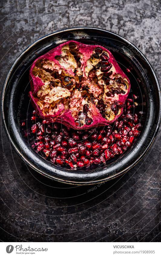 Offener Granatapfel mit Samen in rustikaler Schüssel Lebensmittel Frucht Ernährung Frühstück Bioprodukte Vegetarische Ernährung Diät Getränk Schalen & Schüsseln