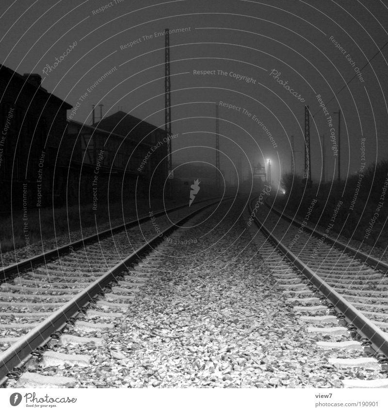Bahnbetriebswerk schwarz Einsamkeit kalt Traurigkeit Metall elegant Horizont Verkehr Eisenbahn Hoffnung ästhetisch Güterverkehr & Logistik Schwarzweißfoto