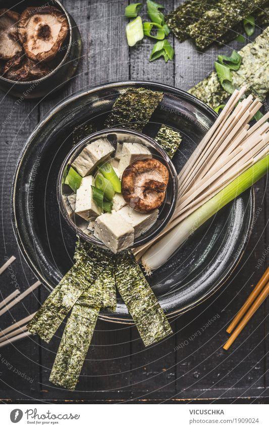 Asiatische Miso Suppe Zubereitung mit Udon Nudeln und Tofu Lebensmittel Eintopf Ernährung Asiatische Küche Geschirr Schalen & Schüsseln Stil Gesundheit