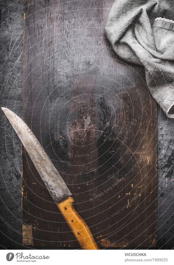 Rustikaler Hintergrund mit Küchenmesser und Serviette dunkel Speise Foodfotografie Hintergrundbild Stil Design Textfreiraum Tisch Dinge Restaurant Messer