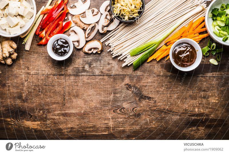 Asiatisch kochen mit Nudeln ,Tofu und Gemüse Lebensmittel Kräuter & Gewürze Öl Ernährung Mittagessen Abendessen Festessen Asiatische Küche Geschirr