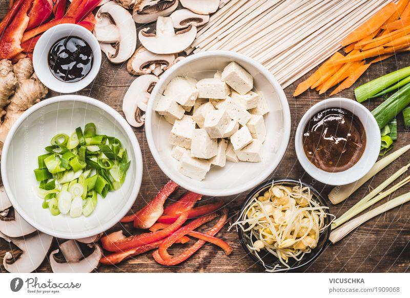 Asiatische Küche. Zutaten für Stir Fry mit Tofu und Nudeln Lebensmittel Gemüse Suppe Eintopf Kräuter & Gewürze Öl Ernährung Mittagessen Abendessen Büffet Brunch