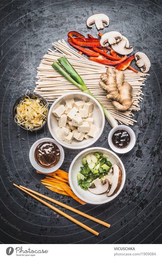 Asiatische Zutaten und Stäbchen mit Tofu und Nudeln Lebensmittel Gemüse Kräuter & Gewürze Ernährung Mittagessen Abendessen Büffet Brunch Bioprodukte