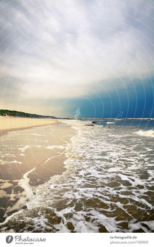 Nasse Füße Himmel Meer blau Sommer Strand Ferien & Urlaub & Reisen ruhig Wolken dunkel Erholung Herbst Sand braun Küste Wellen Natur