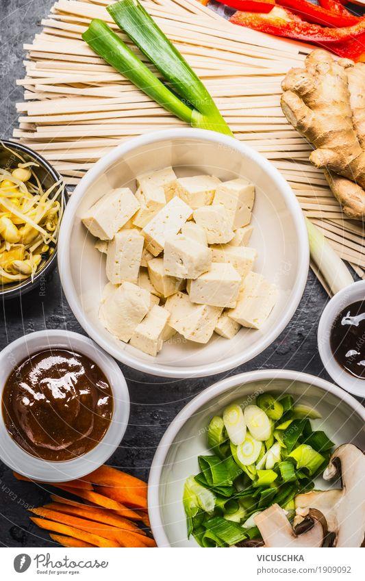 Asiatische Kochzutaten mit Tofu und Nudeln Lebensmittel Gemüse Kräuter & Gewürze Mittagessen Festessen Bioprodukte Vegetarische Ernährung Diät Geschirr
