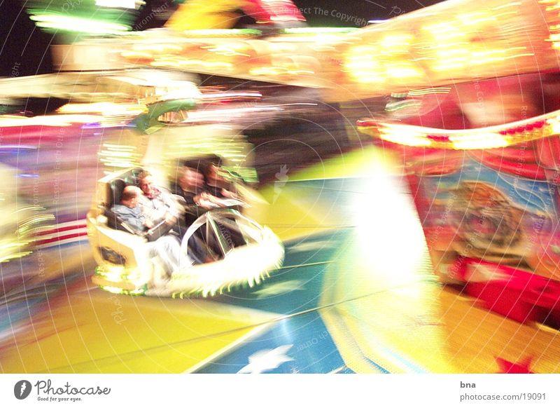 The Fast and the Fourious Jahrmarkt Geschwindigkeit Licht Nacht Langzeitbelichtung Club Karussel