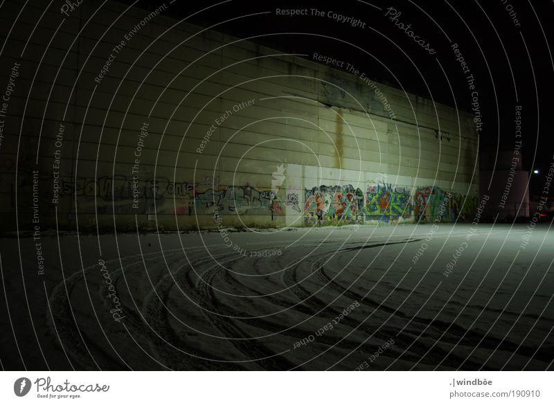 """Eine """"Lagerne Halle"""" alt weiß ruhig schwarz Einsamkeit dunkel kalt Wand Mauer Gebäude Graffiti Kunst dreckig Fassade Stadt trist"""