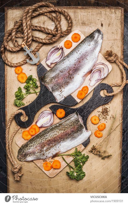 Forellenfilet auf Schneidebrett mit Gemüse Gesunde Ernährung Foodfotografie Leben Essen Gesundheit Stil Lebensmittel Design Häusliches Leben Tisch Fisch