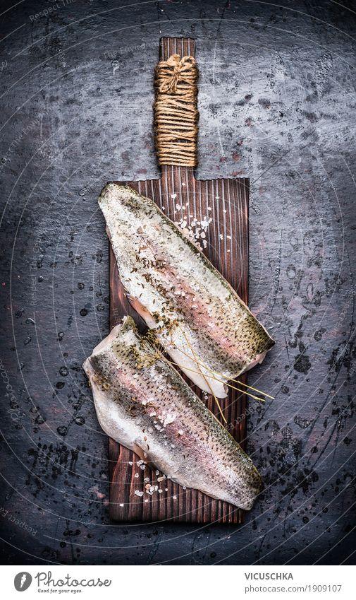 Rohe Fischfilet auf altem Schneidebrett Lebensmittel Kräuter & Gewürze Ernährung Bioprodukte Vegetarische Ernährung Diät Stil Design Gesundheit