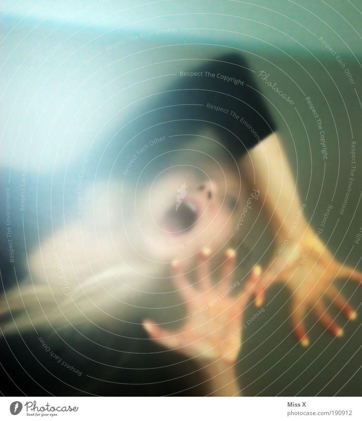 Luft Mensch Hand Jugendliche dunkel feminin Gefühle Mund Angst Erwachsene Glas Gebäude Farbfoto gefährlich wild Wut