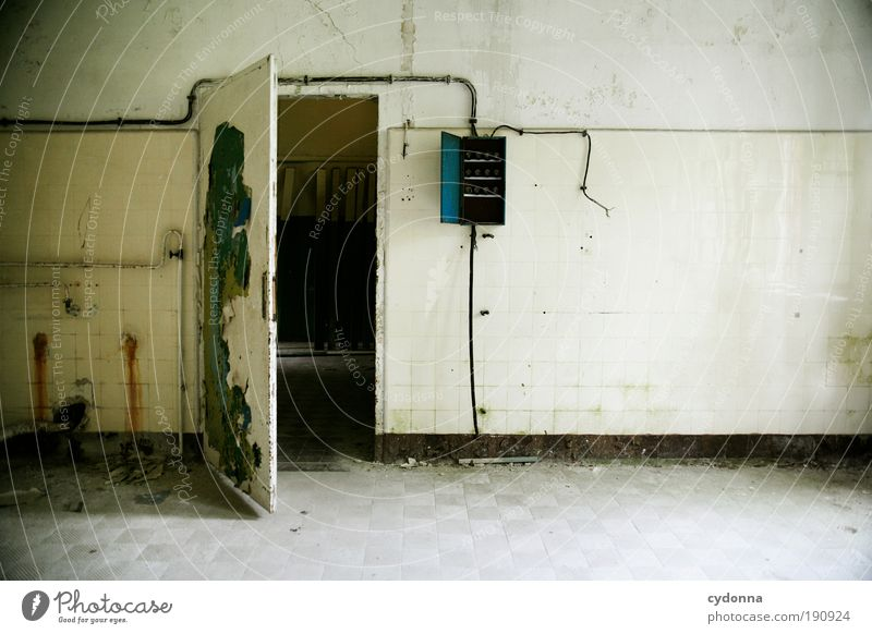 Tür auf Einsamkeit Leben Wand träumen Mauer Raum Architektur Tür Zeit Lifestyle Elektrizität Zukunft Technik & Technologie Wandel & Veränderung Häusliches Leben Innenarchitektur