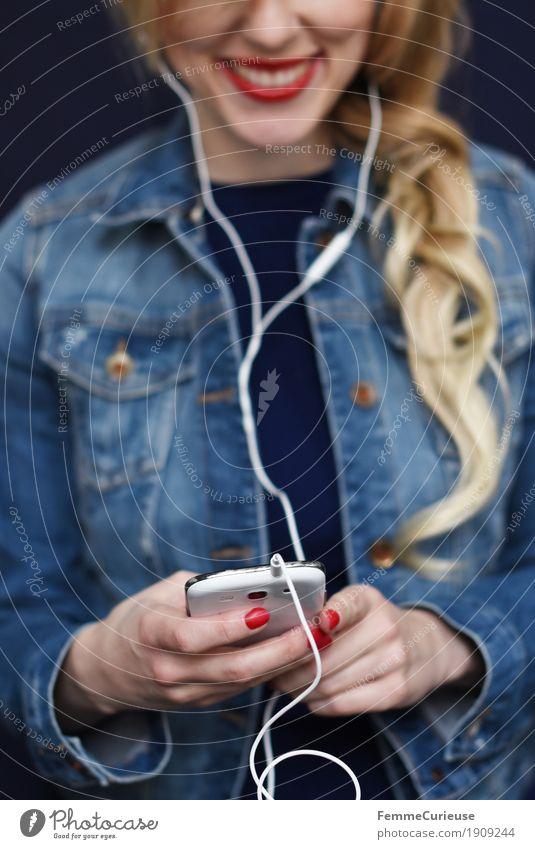 Smartphone_02 Frau Jugendliche Stadt Junge Frau Hand rot 18-30 Jahre Erwachsene feminin blond Kommunizieren Technik & Technologie Telekommunikation Lächeln Telefon Internet