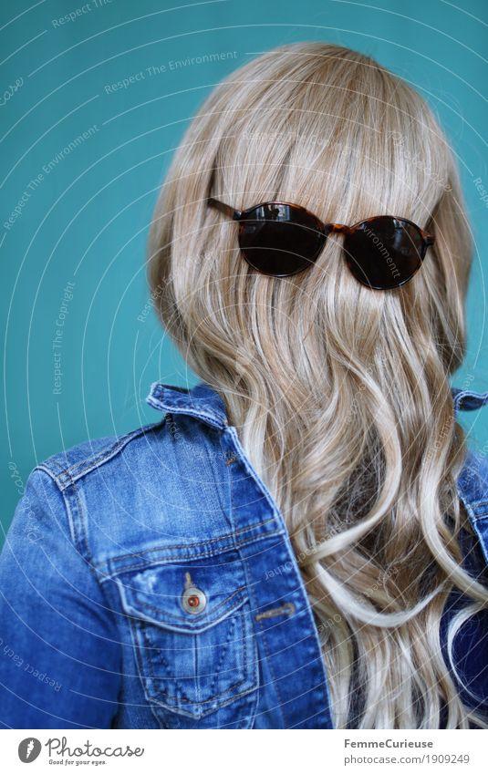 Haare_04 feminin Junge Frau Jugendliche Erwachsene 1 Mensch 13-18 Jahre 18-30 Jahre 30-45 Jahre Haare & Frisuren blond langhaarig Locken Hinterkopf Sonnenbrille