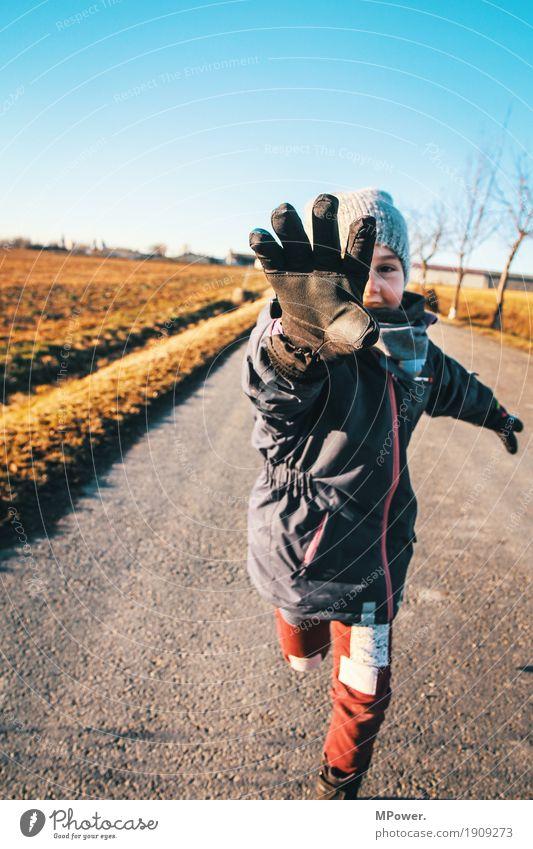 runner Mensch feminin Kind Mädchen Hand 1 3-8 Jahre Kindheit Umwelt Natur Schönes Wetter berühren gehen rennen klug Geschwindigkeit Spielen fangen Handschuhe