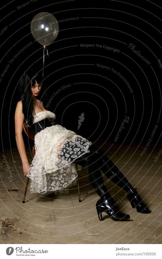 freizeitorientierte schonhaltung Frau Mensch Jugendliche schön Einsamkeit Leben dunkel Erotik Stil Erwachsene Traurigkeit Feste & Feiern sitzen elegant