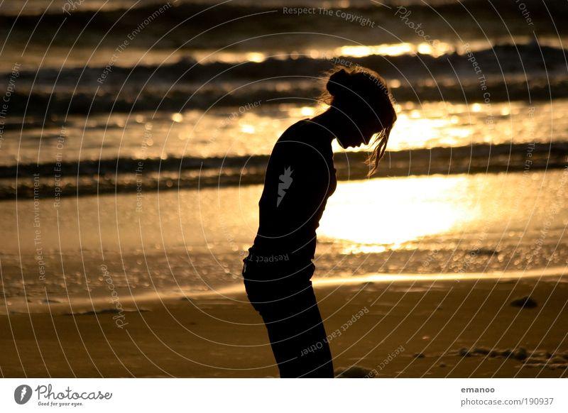 Strandmädchen Mensch Natur Jugendliche Sonne Ferien & Urlaub & Reisen Meer Sommer Strand Erwachsene Ferne gelb Erholung feminin Freiheit Haare & Frisuren Küste