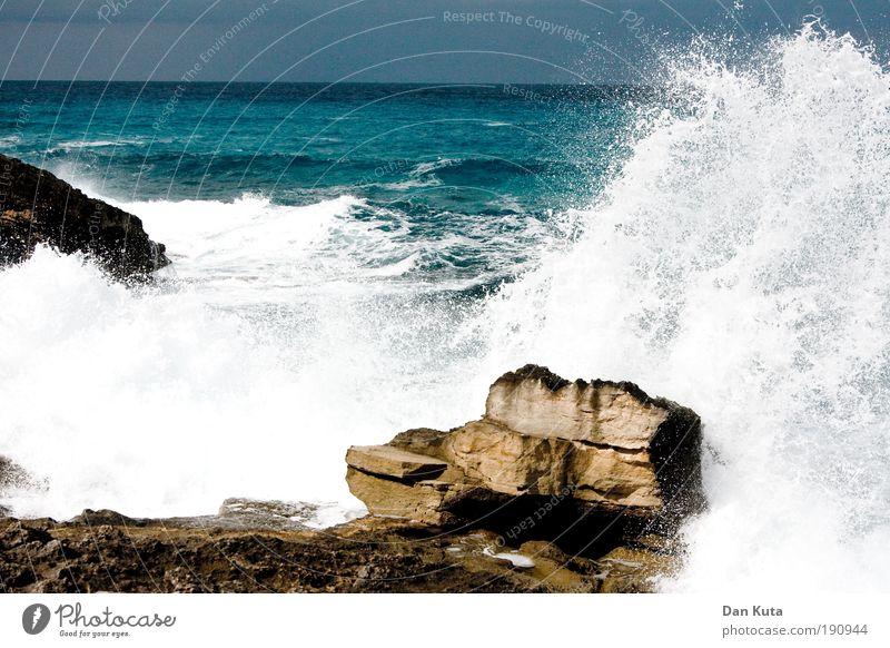 Die Welle Umwelt Urelemente Luft Wasser Wassertropfen Sommer Herbst Klima Klimawandel Unwetter Wind Sturm Wellen Küste Riff Meer Mittelmeer Aggression Stress