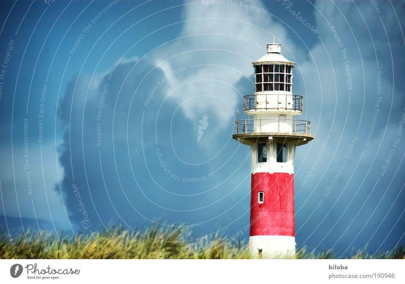 Meteorologische Drohgebärden Wolken Gewitterwolken Klima schlechtes Wetter Unwetter Wind Sturm Nordsee Leuchtturm Bauwerk Gebäude Architektur Dach