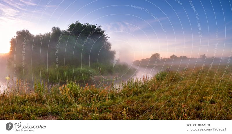 Nebelhafter Sonnenaufgang des Sommers auf dem Fluss. Nebeliger Fluss am Morgen Ferien & Urlaub & Reisen Tourismus Sommerurlaub Natur Landschaft Himmel