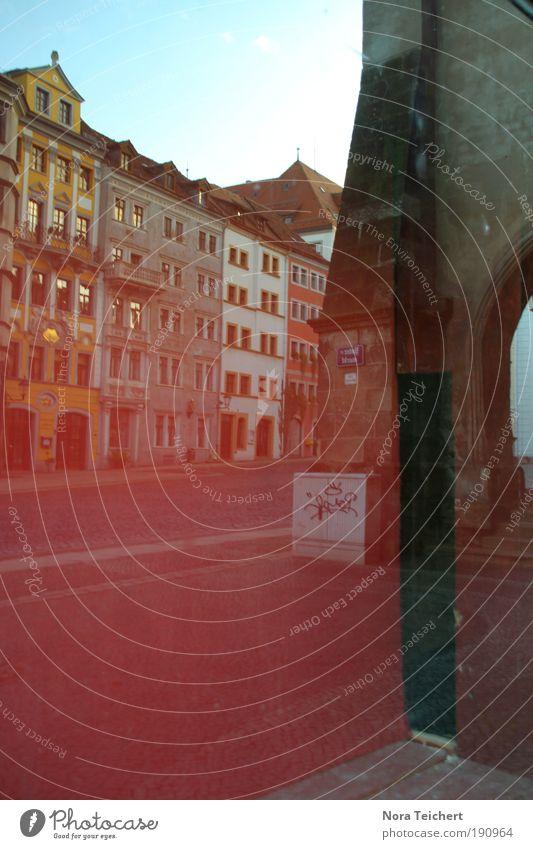 Im Spiegel der Stadt schön alt ruhig Haus Wand Fenster träumen Mauer Wege & Pfade Gebäude Architektur Glas Fassade ästhetisch Platz