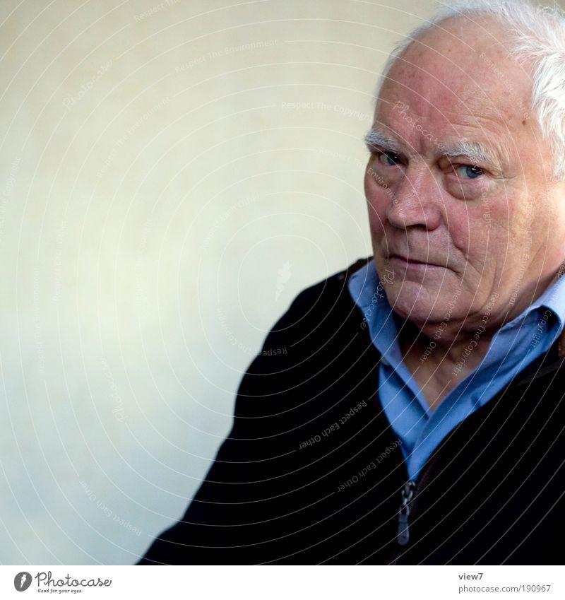 sehr ärgerlich ... alt Gesicht ruhig Senior Einsamkeit Erholung Traurigkeit maskulin elegant einfach einzigartig Neugier Großvater Ärger Interesse Klischee