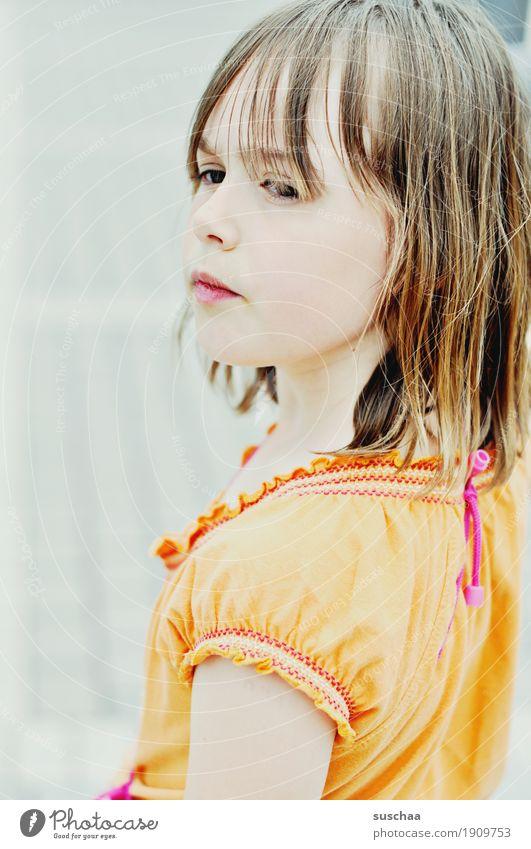 entschlossenheit Kind Mädchen Blick Entschlossenheit selbstbewußt eigenwillig Durchsetzungsvermögen stark Willensstärke Mut sommerlich Außenaufnahme Porträt