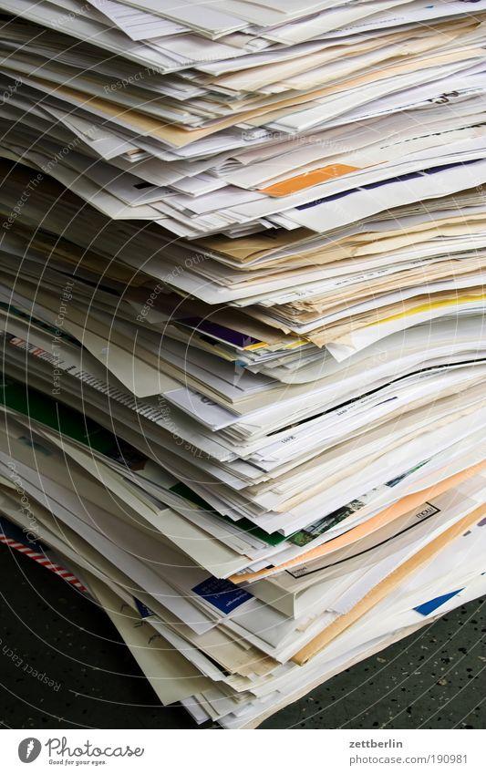 Akten Papier Aktenordner Schriftstück Brief Kommunizieren Telekommunikation Post Stapel Papierstapel Altpapier Müll Papiermüll entsorgen Papierkorb Ordnung