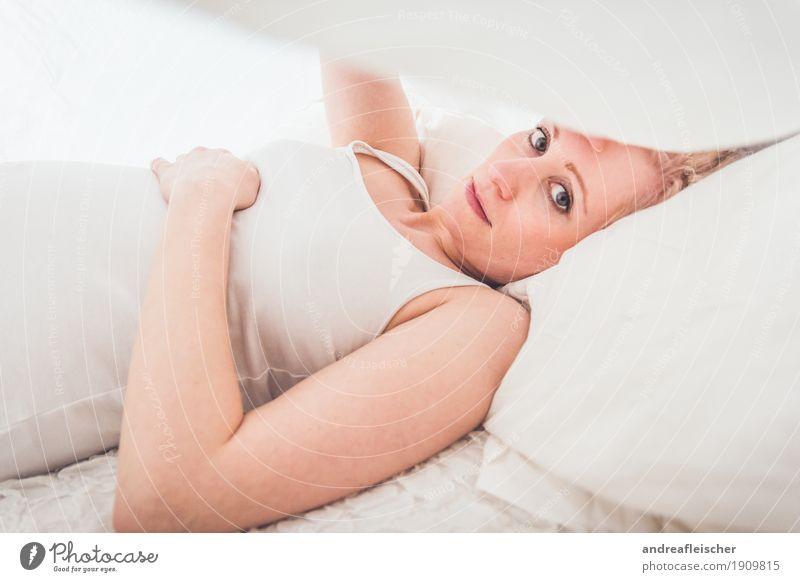 Unter der Decke Mensch Jugendliche Junge Frau schön weiß Erholung ruhig 18-30 Jahre Erwachsene Leben Traurigkeit natürlich feminin Denken liegen blond