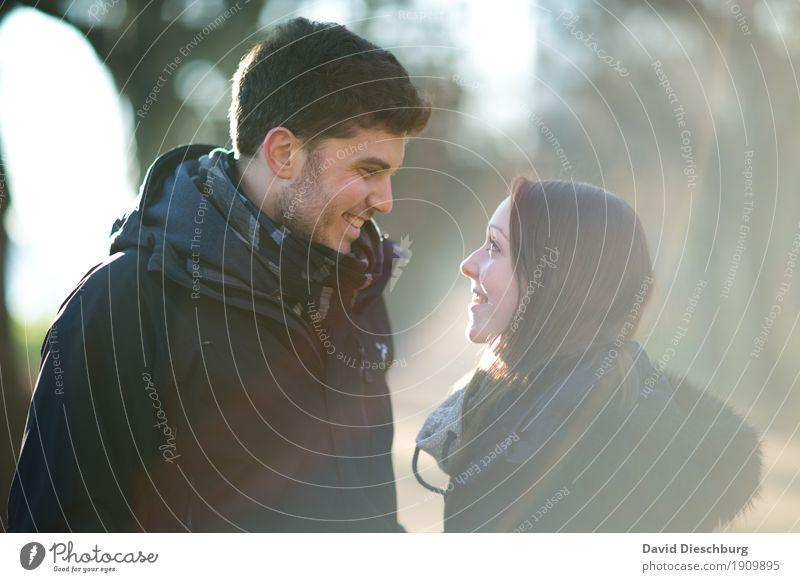 Blickkontakt Jugendliche Junge Frau Junger Mann Winter Wald 18-30 Jahre Erwachsene Liebe Herbst Frühling feminin Glück Garten Paar Zusammensein Park