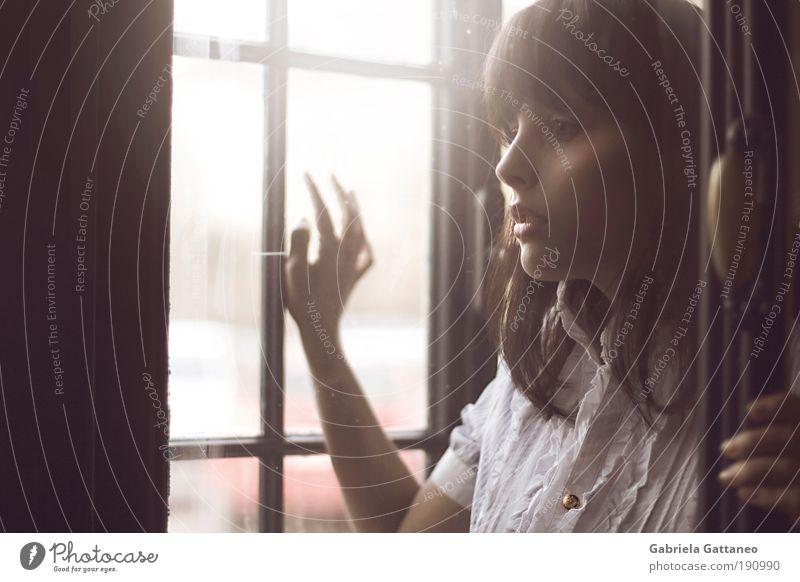 Augen, zu gross für meinen Kopf. Jugendliche alt ruhig Gesicht Einsamkeit Ferne Mensch feminin Frau Fenster Gefühle Holz Haare & Frisuren Stimmung ästhetisch