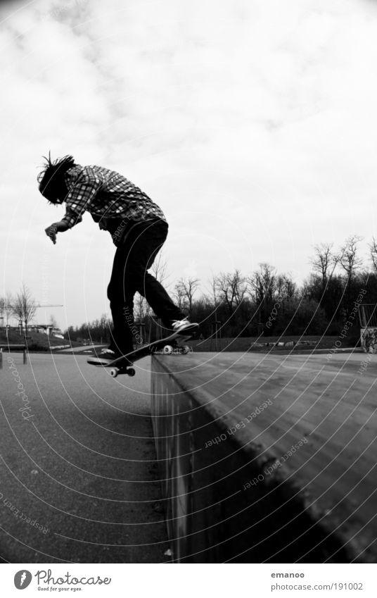 real skateboarder Lifestyle Freizeit & Hobby Halfpipe maskulin Mann Erwachsene Jugendliche 13-18 Jahre Kind Hemd schwarzhaarig fahren sportlich Coolness frei