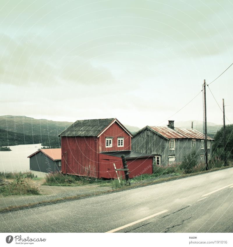 Nachlass Erholung ruhig Haus Umwelt Natur Landschaft Pflanze Wolken Sommer Wiese Berge u. Gebirge Küste Bucht Fjord Dorf Hütte Verkehr Verkehrswege Straße alt