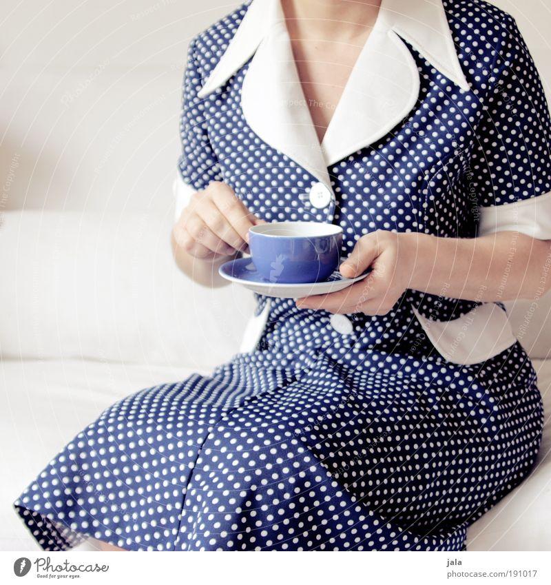 Kaffeetante Frau blau ruhig Erwachsene feminin Zeit sitzen Getränk retro trinken Dinge Kleid Punkt Tee Sofa