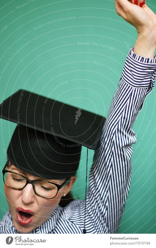 Graduierung_02 Mensch Frau Jugendliche Junge Frau 18-30 Jahre Erwachsene feminin Glück Erfolg Studium Brille Ziel Bildung Student türkis Hut