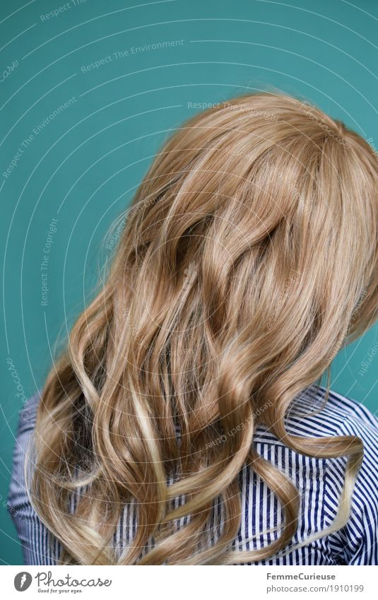 Haare_03 feminin Junge Frau Jugendliche Erwachsene 1 Mensch 18-30 Jahre 30-45 Jahre Haare & Frisuren blond langhaarig Locken Bluse gestreift türkis glänzend