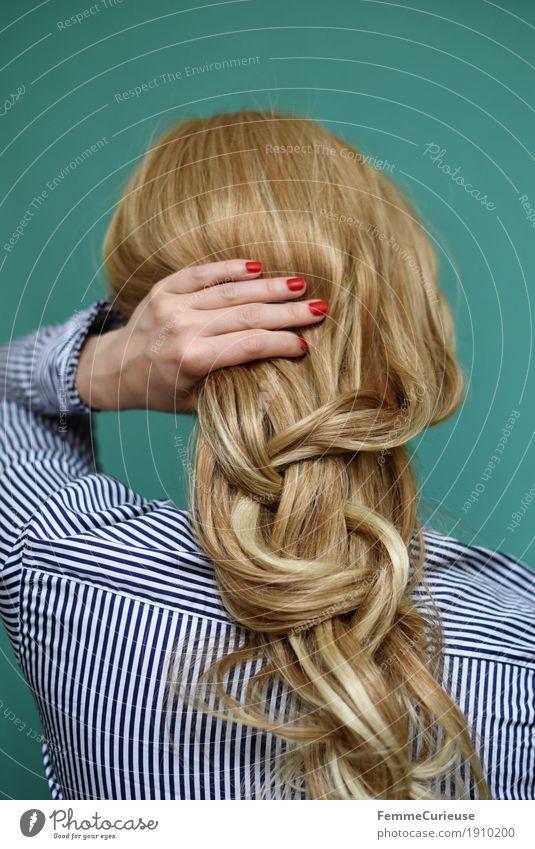 Haare_01 Mensch Frau Jugendliche Farbe Junge Frau Hand rot 18-30 Jahre Erwachsene feminin Haare & Frisuren glänzend blond berühren türkis langhaarig