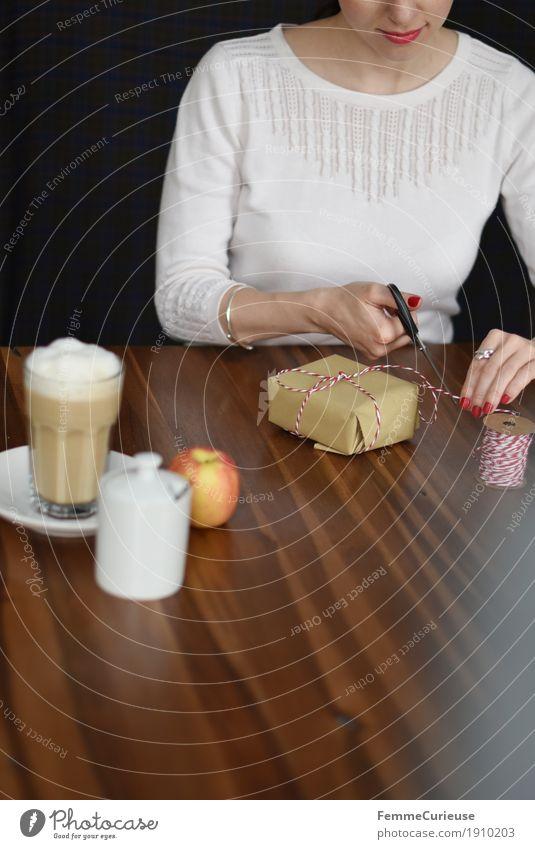 Geschenke einpacken_03 Mensch Frau Jugendliche Weihnachten & Advent Junge Frau Haus 18-30 Jahre Erwachsene feminin Geburtstag Geschenk Kaffee Apfel Wohnzimmer Vorfreude Holztisch