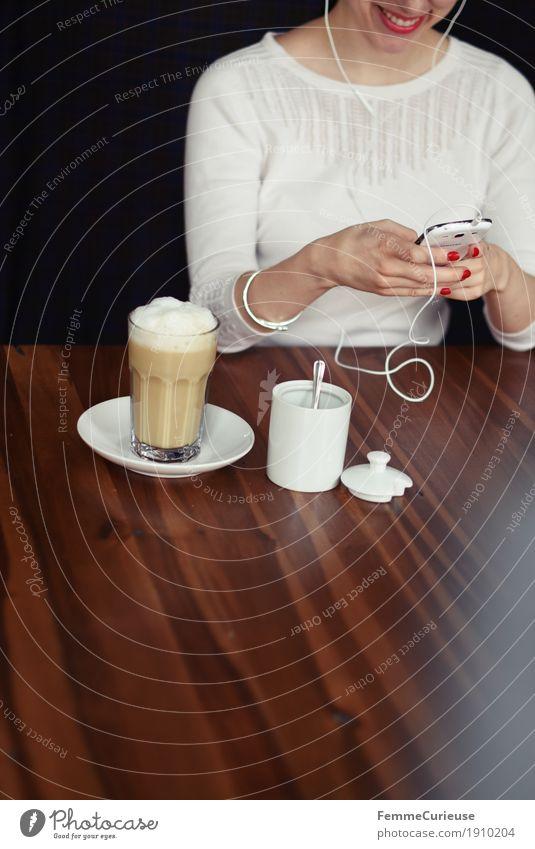Smartphone_06 feminin Junge Frau Jugendliche Erwachsene 1 Mensch 18-30 Jahre 30-45 Jahre Kommunizieren PDA Latte Macchiato Kaffee Zuckerdose Skype Internet