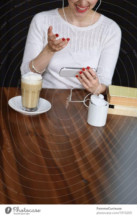 Smartphone_07 Mensch Frau Jugendliche Junge Frau weiß Hand 18-30 Jahre Erwachsene sprechen feminin modern Kommunizieren Buch Lächeln Pause Kaffee