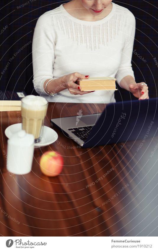 Laptop_03 Mensch Frau Jugendliche Junge Frau 18-30 Jahre Erwachsene feminin Büro Buch lernen Studium lesen Kaffee Internet Apfel Café