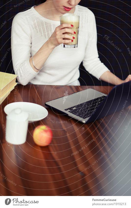 Laptop_02 Mensch Frau Jugendliche Junge Frau Hand 18-30 Jahre Erwachsene feminin Business Arbeit & Erwerbstätigkeit Büro Kommunizieren genießen lesen Pause Kaffee
