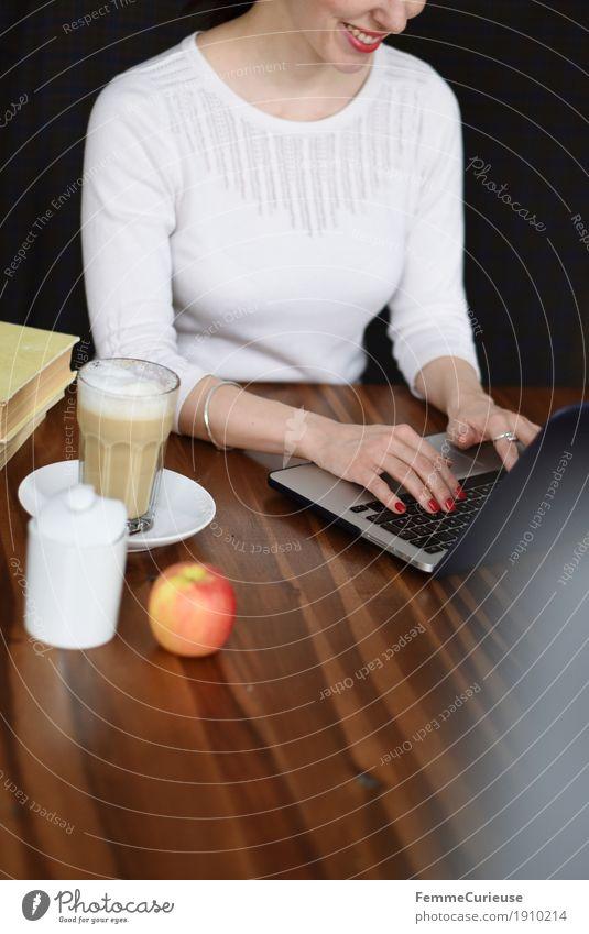 Laptop_01 Mensch Frau Jugendliche Junge Frau Hand 18-30 Jahre Erwachsene feminin Business Arbeit & Erwerbstätigkeit Büro Kommunizieren Lächeln Kaffee schreiben