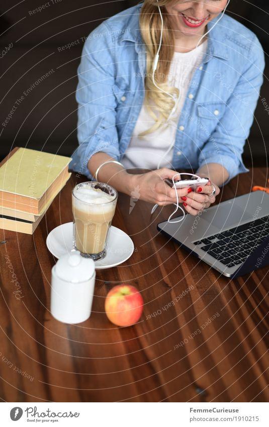 Smartphone_04 Mensch Frau Jugendliche Junge Frau 18-30 Jahre Erwachsene feminin Häusliches Leben 13-18 Jahre modern blond Kommunizieren Buch Lächeln Pause Kaffee