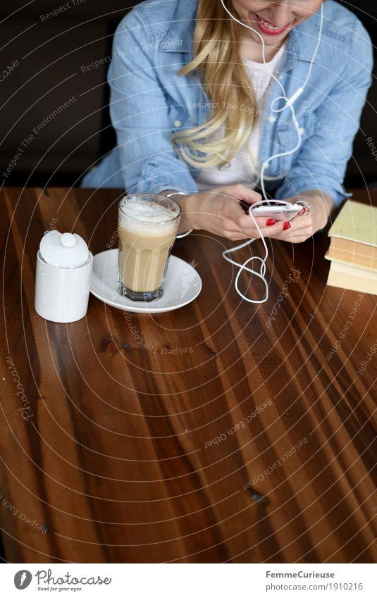 Smartphone_03 Mensch Frau Jugendliche Junge Frau ruhig 18-30 Jahre Erwachsene feminin Freizeit & Hobby 13-18 Jahre blond Kommunizieren Telekommunikation Buch Lächeln Pause