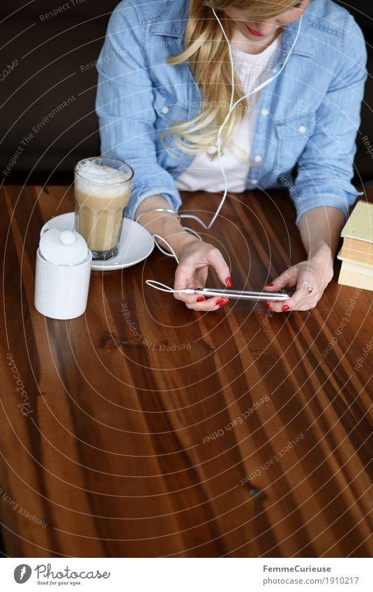 Smartphone_05 Mensch Frau Jugendliche Junge Frau Haus 18-30 Jahre Erwachsene feminin 13-18 Jahre modern blond Kommunizieren Buch Pause Kaffee Internet