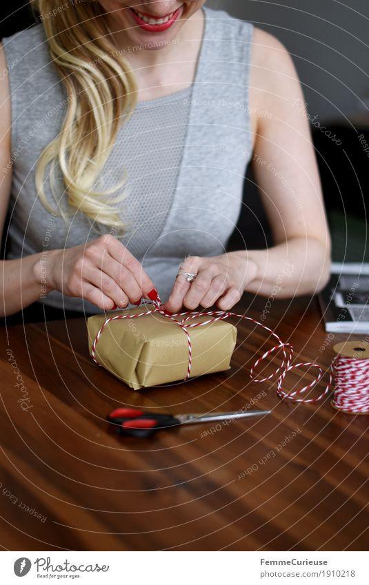 Geschenk einpacken_01 Mensch Frau Jugendliche Junge Frau Freude 18-30 Jahre Erwachsene feminin Freizeit & Hobby blond Geburtstag Lächeln Geschenk Überraschung Wohnzimmer Vorfreude