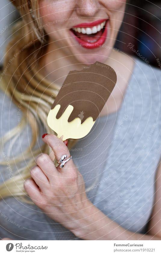 Eis_13 Mensch Frau Jugendliche Sommer Junge Frau Hand 18-30 Jahre Erwachsene Essen feminin Ernährung blond genießen Speiseeis lecker Zähne