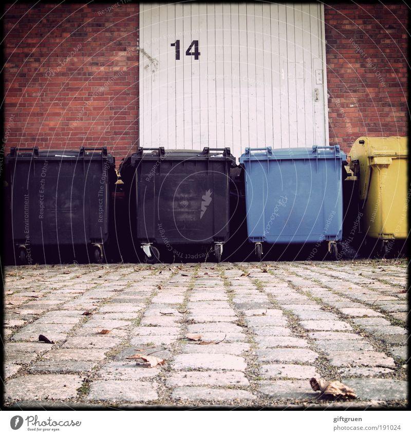 trash as trash can blau schwarz gelb Arbeit & Erwerbstätigkeit Wand Mauer Gebäude Industrie Güterverkehr & Logistik Fabrik Sauberkeit Müll Tor Backstein