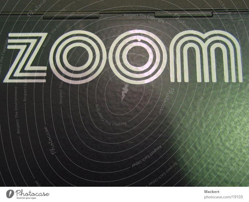 Zoom grau Industrie Schriftzeichen Blech Zoomeffekt
