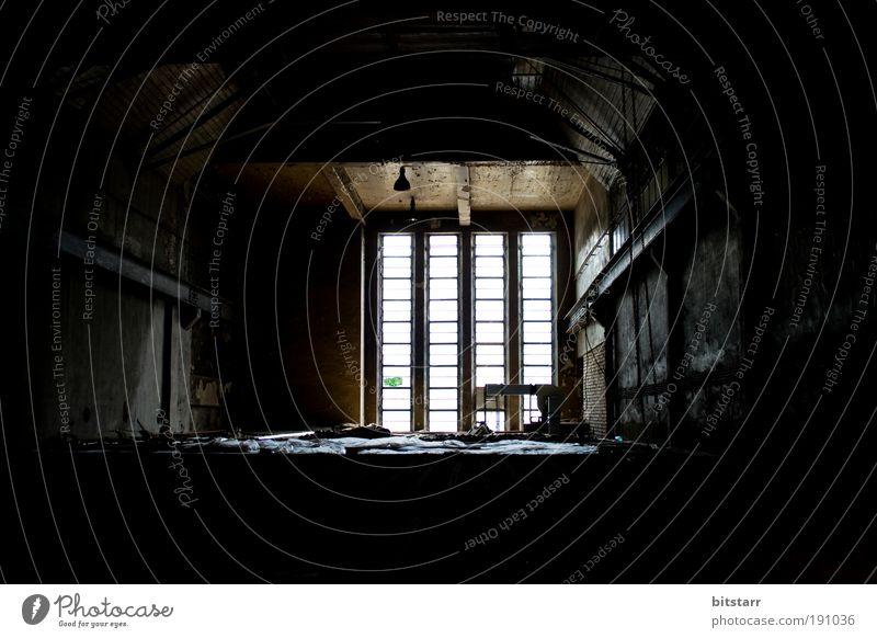 Duster alt weiß ruhig schwarz Einsamkeit dunkel Fenster Traurigkeit Gebäude Raum Angst leer Sachsen trist Fabrik Dach